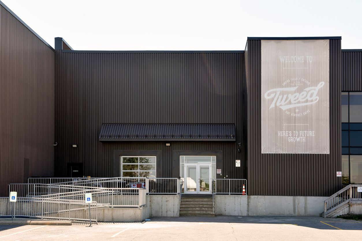 Tweed and Tokyo Smoke take the lead and close Canadian pot shops